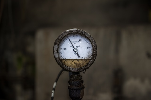 Pressure gauge with oil fill.